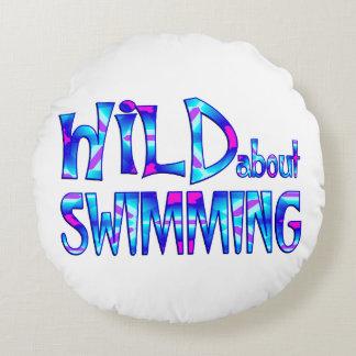Almofada Redonda Selvagem sobre a natação