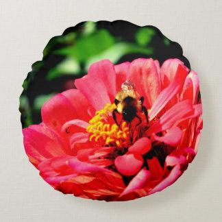 Almofada Redonda Zinnia da abelha e do coral