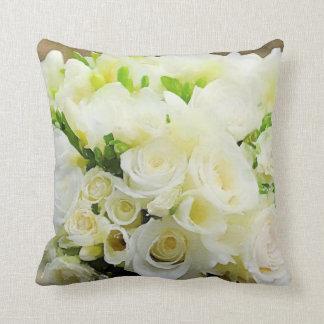 Almofada Rosas brancos e de creme gráficos florais