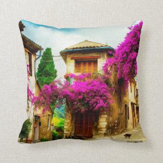 Almofada Rua ensolarada velha bonita com árvores roxas