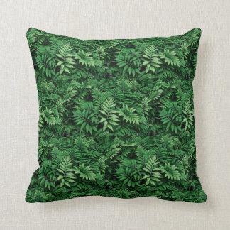 Almofada Samambaias verdes frondosas em uma floresta:
