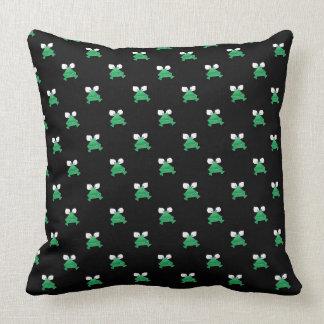 Almofada Sapos verdes no travesseiro decorativo preto