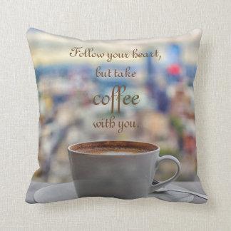 Almofada Siga seu coração, mas tome o café com você