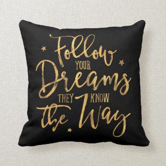 Almofada Siga seus sonhos. Sabem a maneira. Ouro F do falso