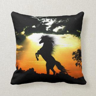 Almofada Silhueta do cavalo no por do sol