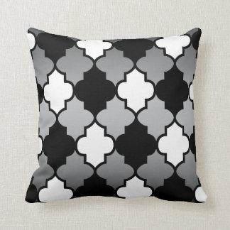 Almofada Teste padrão branco & preto de Quatrefoil na