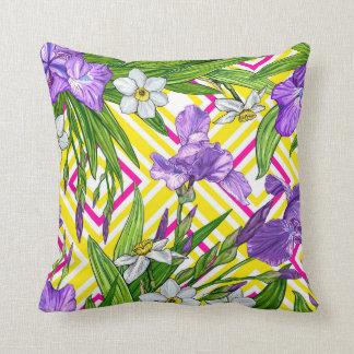 Almofada Teste padrão de flores da íris e dos daffodils