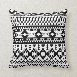 Almofada Teste padrão geométrico asteca preto e branco do