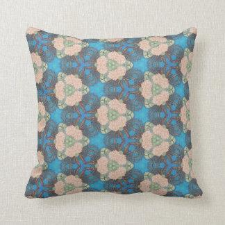 Almofada Teste padrão oriental da flor com fundo do azul de