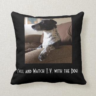 Almofada tevê do relógio com o travesseiro do cão