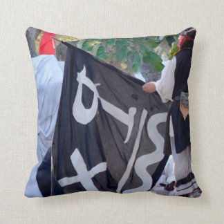 Almofada tomada abaixo da imagem do poster da bandeira de