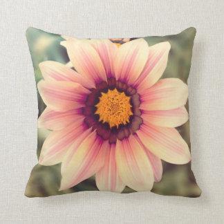Almofada Travesseiro cor-de-rosa e amarelo da flor