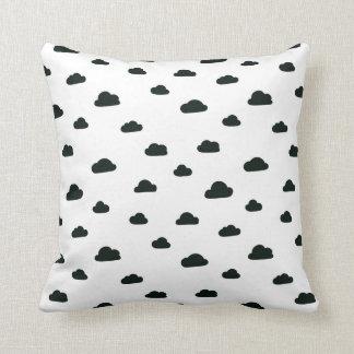 Almofada Travesseiro preto e branco das nuvens