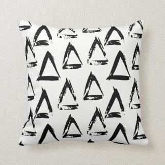 Almofada Triângulo geométrico boémio moderno preto e branco