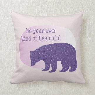 Almofada Urso escandinavo roxo ultravioleta na moda do