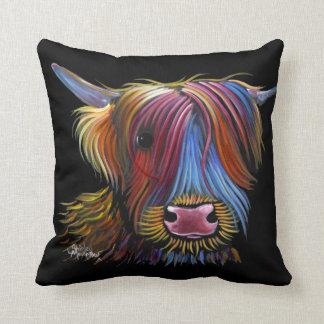 """Almofada Vaca escocesa """"PODGER"""" das montanhas por Shirley M"""