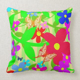 Almofada Vetor da flor abstrata com borboletas