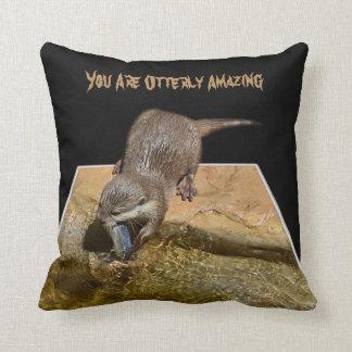 Almofada Você é Otterly que surpreende, logotipo da lontra,