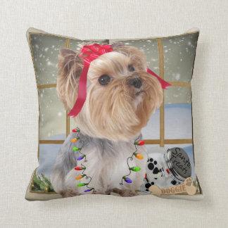 Almofada Yorkie no travesseiro da luz de Natal por