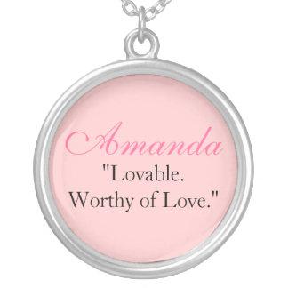 "Amanda ""Lovable.Worthy do amor. "" Colar Banhado A Prata"