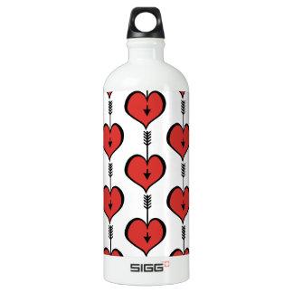 Amando o garrafa de água vermelha do viajante do