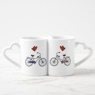 Amantes da bicicleta que aninham canecas do