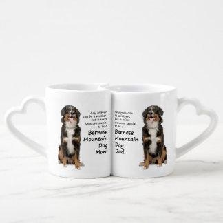 Amantes mamã do cão de Bernese Mt. e canecas do