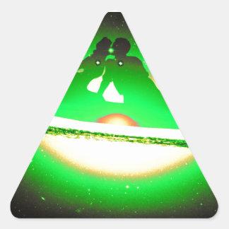 Amantes que beijam e que pescam em uma galáxia adesivo triangular