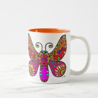 Amarelo cor-de-rosa alaranjado da borboleta do caneca de café em dois tons