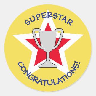 Amarelo do troféu da estrela dos parabéns adesivo redondo