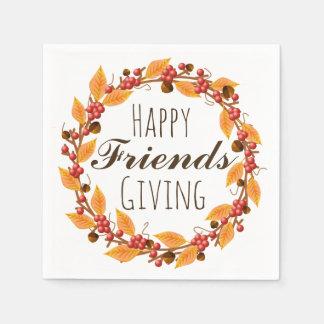 Amigos felizes que dão a grinalda das folhas de guardanapo de papel
