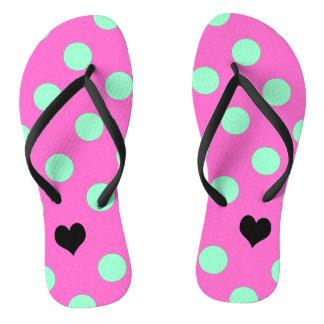 Amor cor-de-rosa e chinelos das bolinhas da