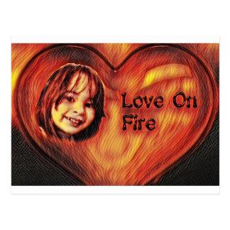 Amor customizável no design do coração do fogo cartão postal