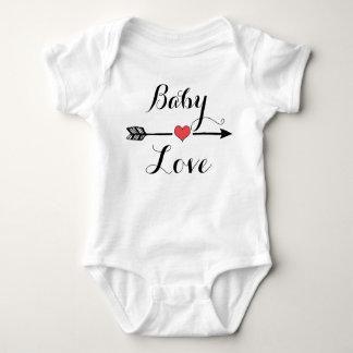 Amor do bebê com a camisa do bebê da seta do