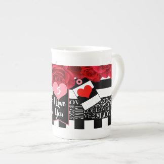 Amor e caneca do estilo do quadro-negro dos rosas