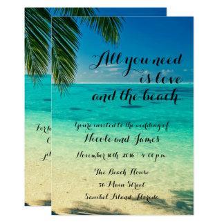 Amor e o convite de casamento do roteiro da praia