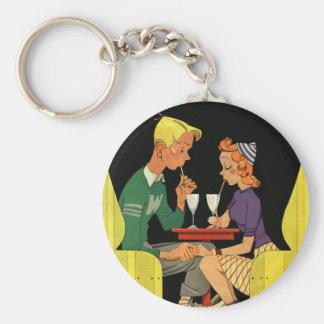 Amor e romance do vintage, adolescentes na loja da chaveiro
