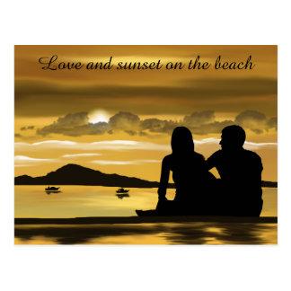 Amor, por do sol romântico na praia cartão postal