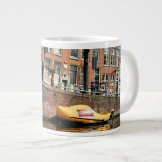 Amsterdão, canal, barco de madeira dos calçados caneca de café gigante