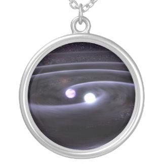 Anão branco binário colar banhado a prata