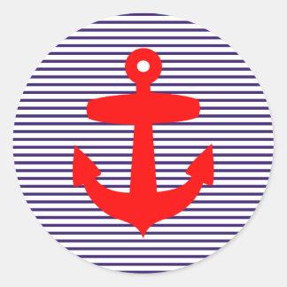 Âncora vermelha com as listras azuis do marinheiro adesivos em formato redondos