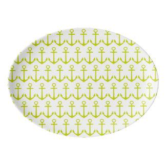 Âncoras tropicais do verde limão no branco travessa de porcelana