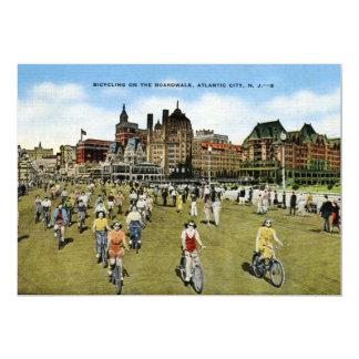 Andando de bicicleta no passeio à beira mar, convite 12.7 x 17.78cm