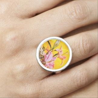 Anel brilhante do design floral