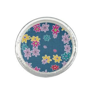 Anel Com Foto Fundo azul com teste padrão de flores colorido