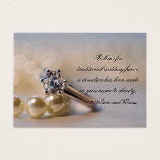 Anel de diamante e pérolas que Wedding o cartão do