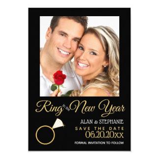 Anel no cartão com fotos do noivado do ano novo
