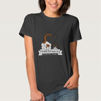 Animais de estimação no t-shirt preto das mulheres