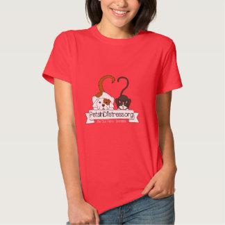 Animais de estimação no t-shirt vermelho das