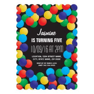 Aniversário colorido teatro do poço das bolas dos convite 12.7 x 17.78cm